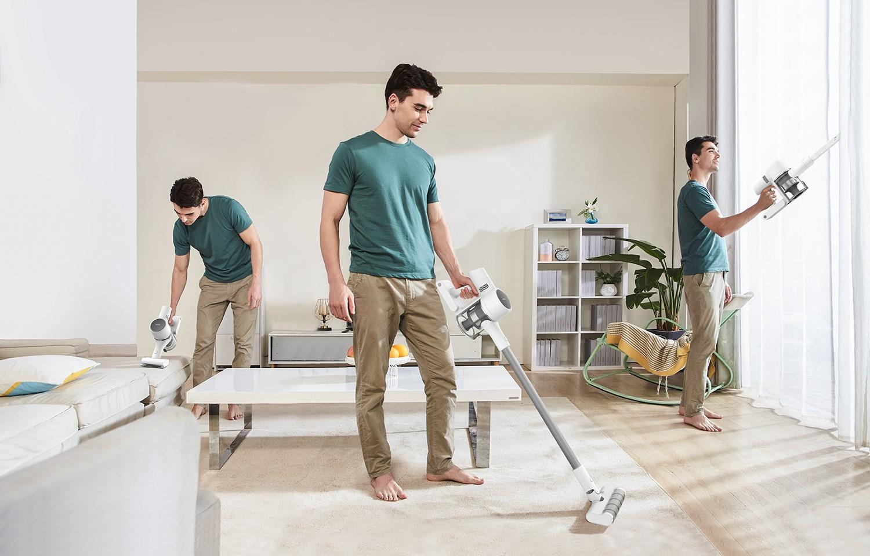 Dreame T10, visualisering av hur enkelt det är att städa: den simulerade bilden visar hur samme man städar på tre olika ställen med hjälp av dammsugaren.