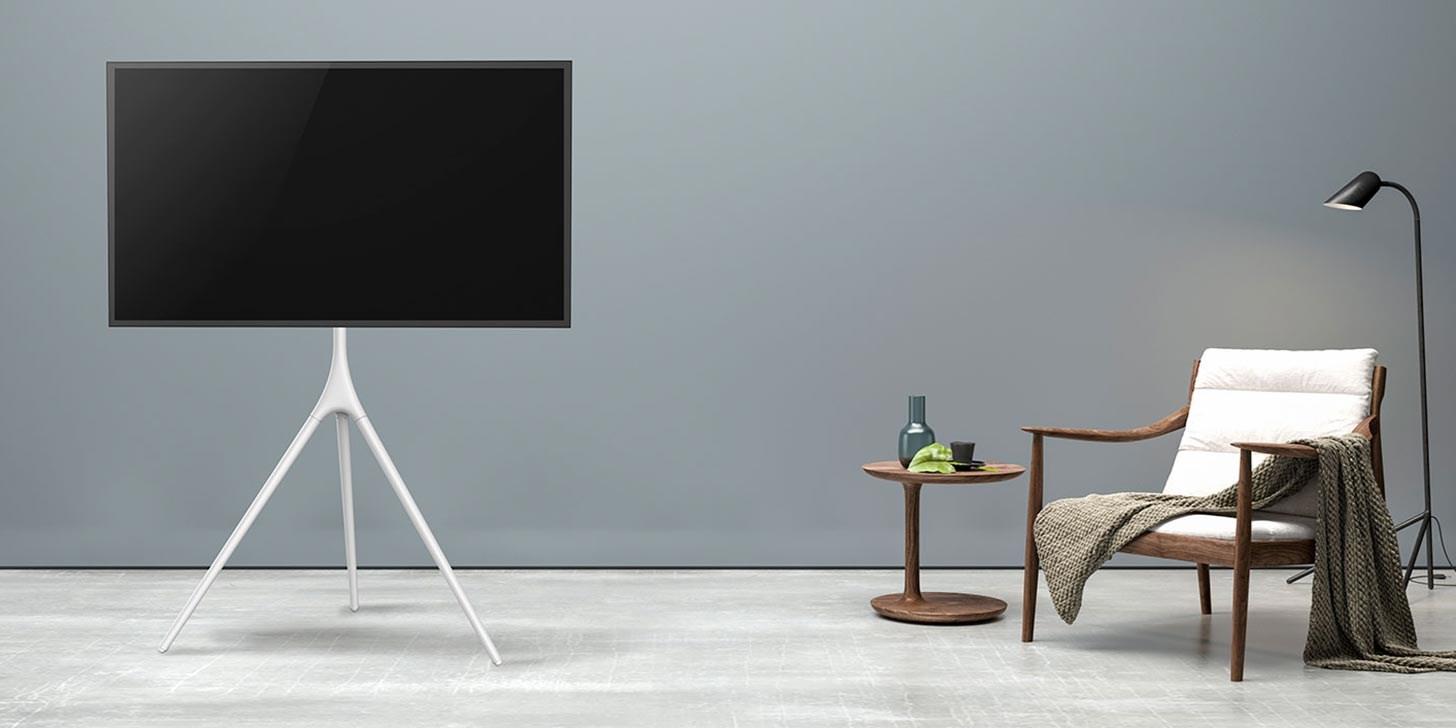 Elegant placering av TV på golvstativ