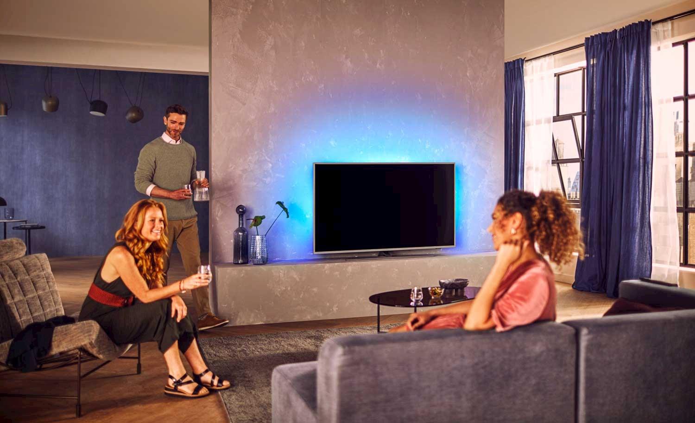 Philips Ambilight gir hele rommet stemningsfullt lys når du ser på TV.