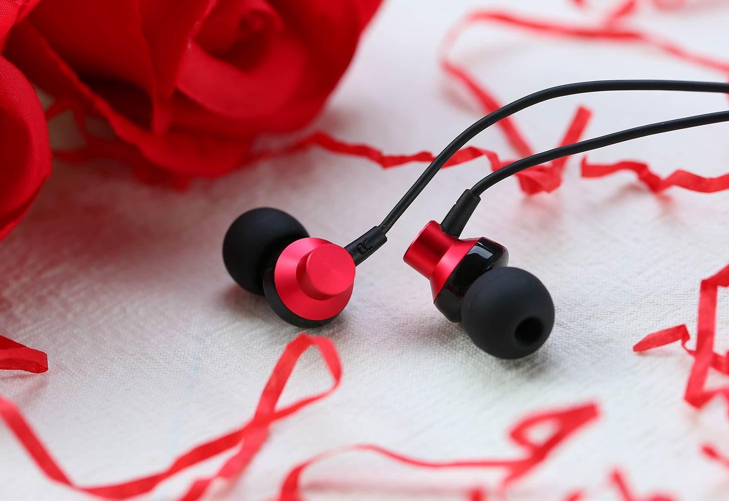 Se sortiment av hörlurar och högtalare